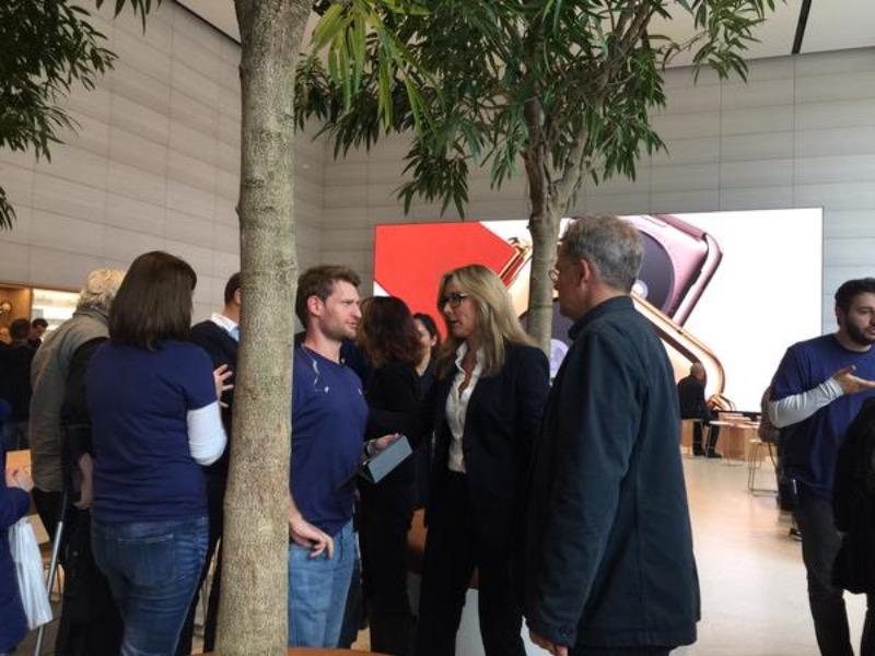 Angela Ahrendts a visité son Apple Store à Bruxelles