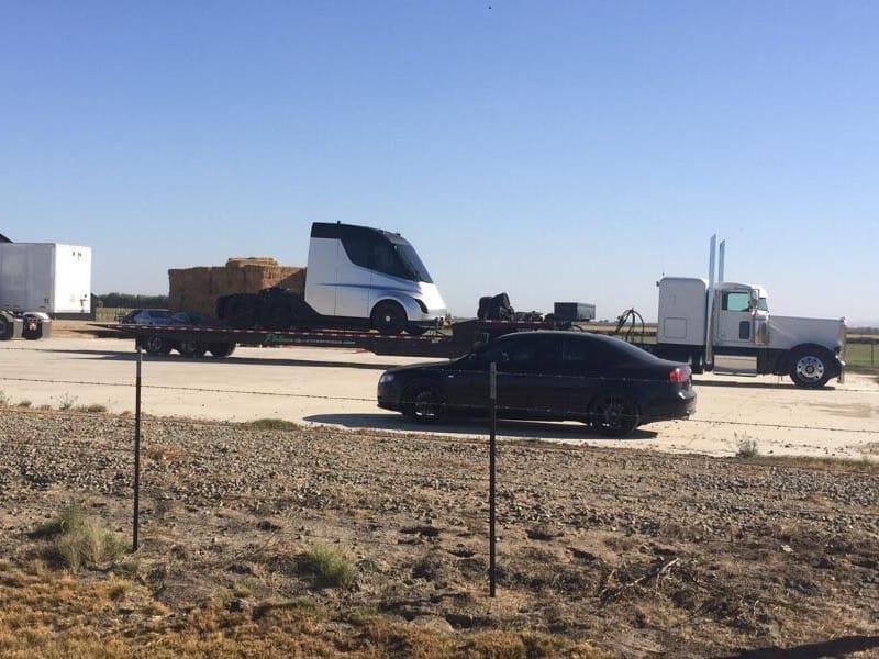 Le semi-remorque tout électrique de Tesla un peu en avance