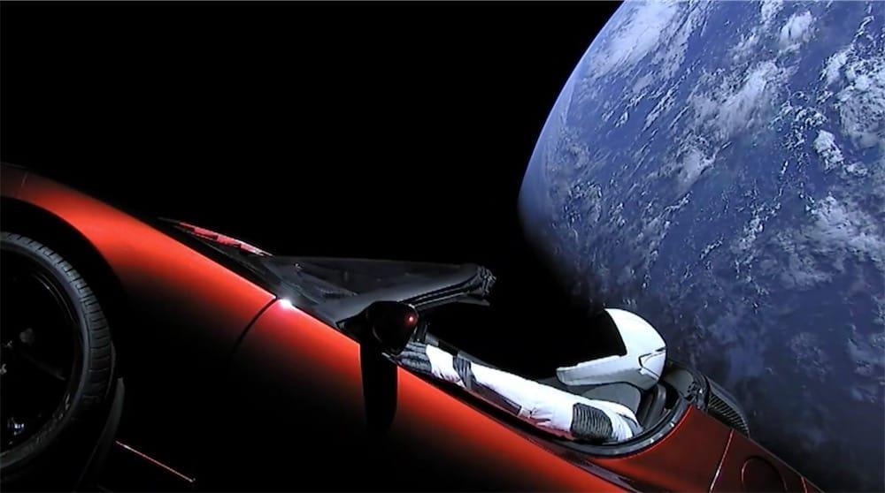 Il y a une voiture Tesla dans l