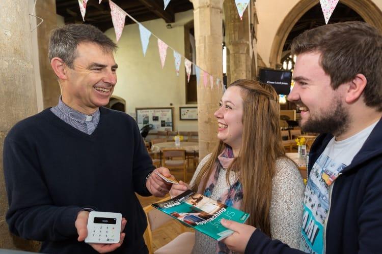 Image en galerie : L'Église d'Angleterre est compatible Apple Pay