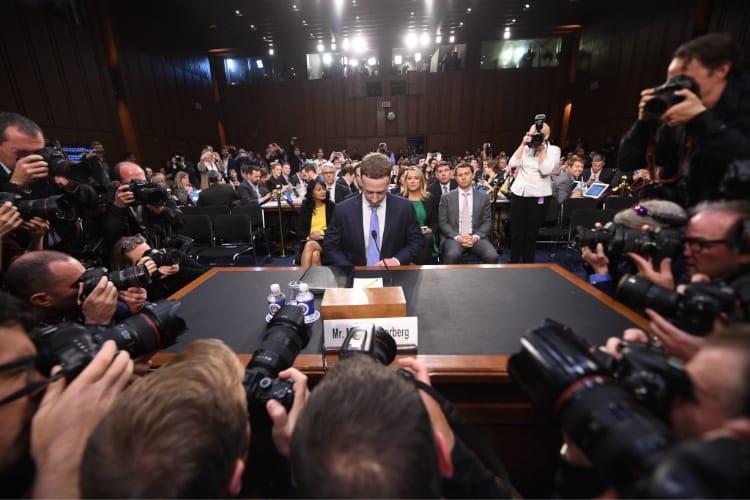 image en galerie : Mark Zuckerberg sous le feu des questions et des photographes