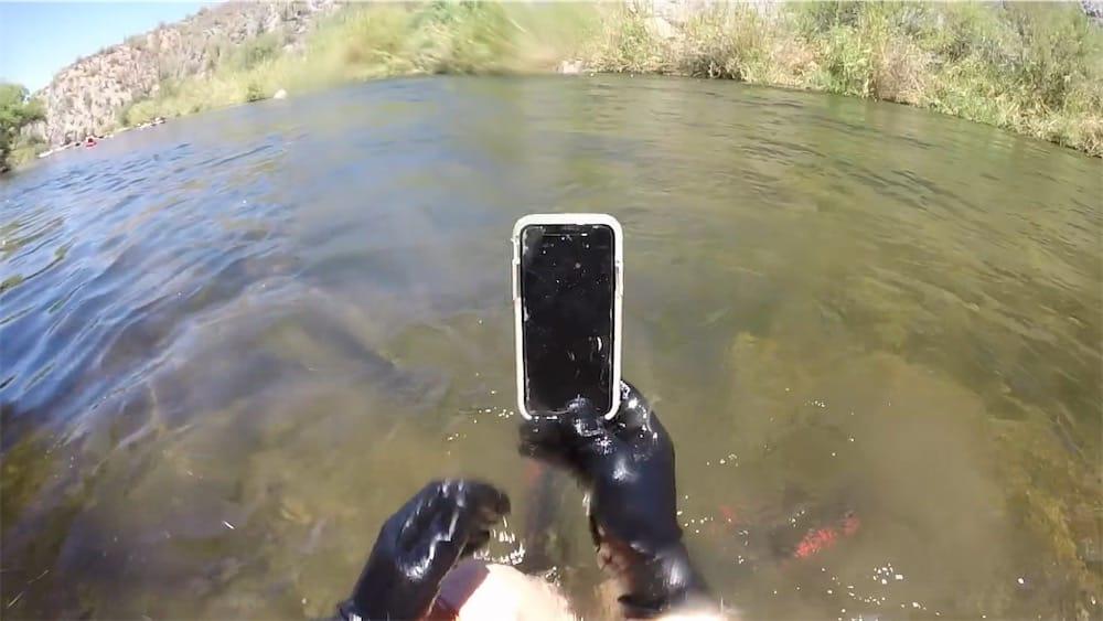 Cet iPhoneX a résisté deux semaines au fond d'une rivière