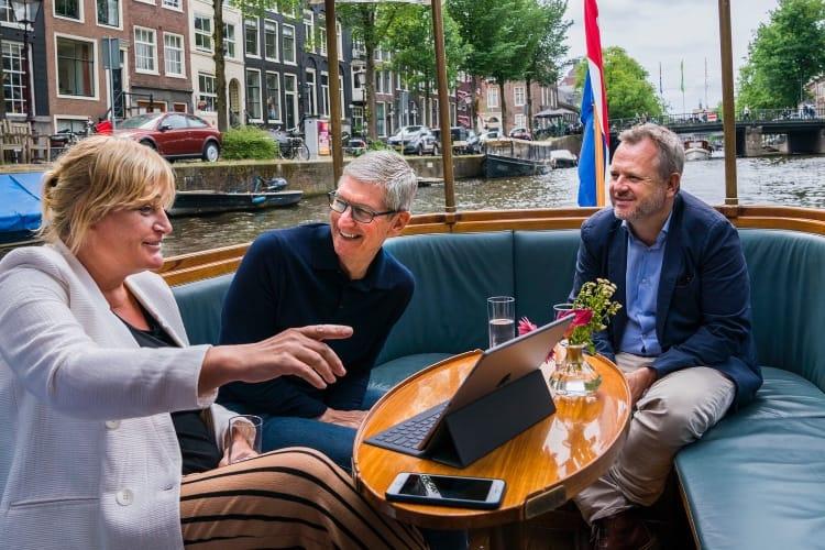 image en galerie : Tim Cook en déplacement à Amsterdam