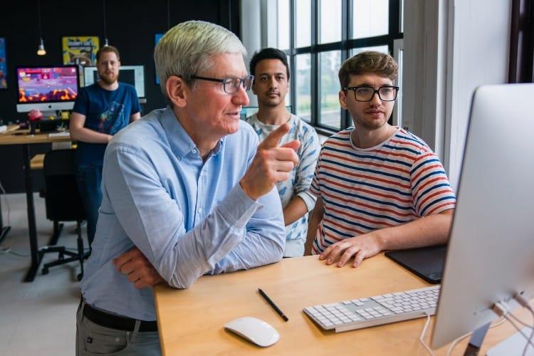 Tim Cook devant un Mac, concours de légende…