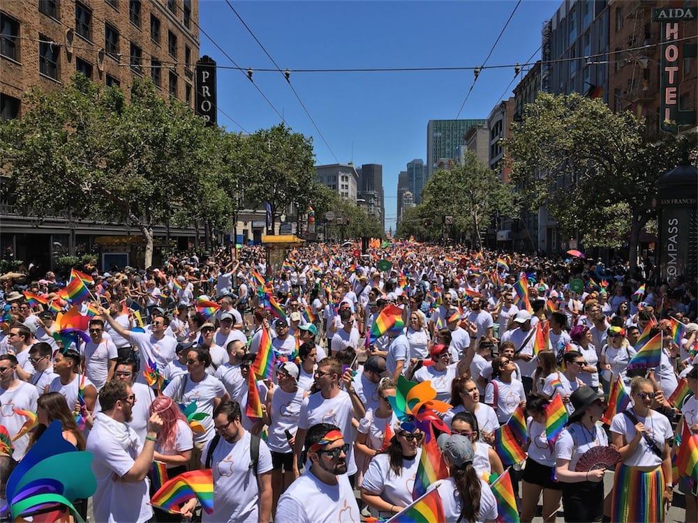 Apple en blanc et en arc-en-ciel pour la gay pride de SanFrancisco