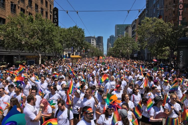 Apple en blanc et en arc-en-ciel pour la gay pride de San Francisco