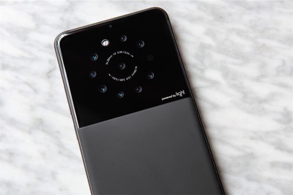 Pourquoi se contenter de 2 appareils photo, quand on peut en avoir 9 (😳 NEUF 😳) au dos de son smartphone?