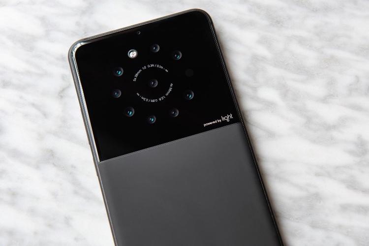 image en galerie : Pourquoi se contenter de 2 appareils photo, quand on peut en avoir 9 (😳 NEUF 😳) au dos de son smartphone?