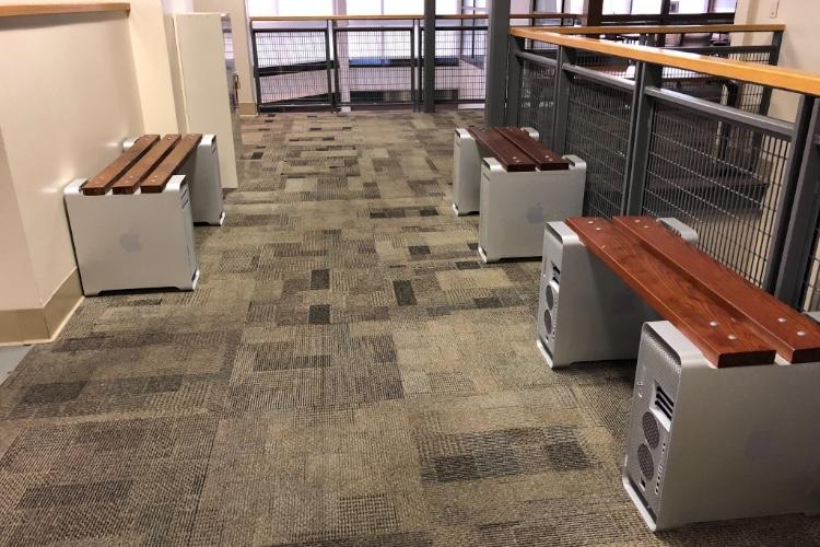 image en galerie : De vieux Mac Pro en guise de bancs dans une école de la Silicon Valley