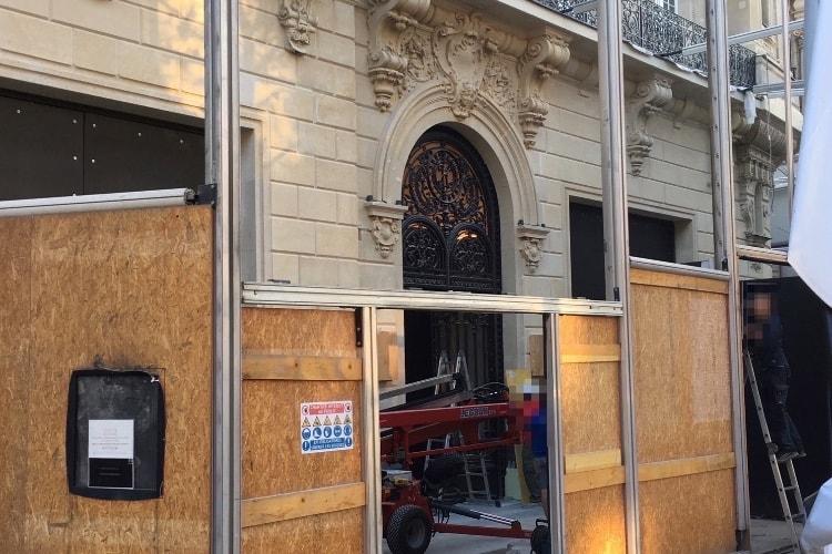 image en galerie : L'Apple Store des Champs-Elysées tombe sa palissade