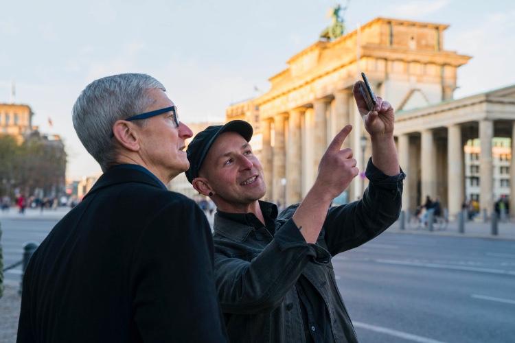 image en galerie : Tim Cook commence sa tournée européenne à Berlin