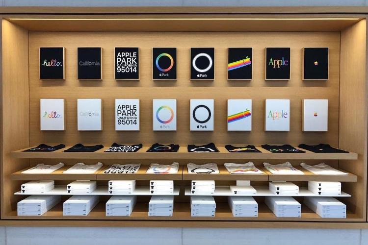 image en galerie : Nouveaux t-shirts rétro dans la boutique de l'ApplePark