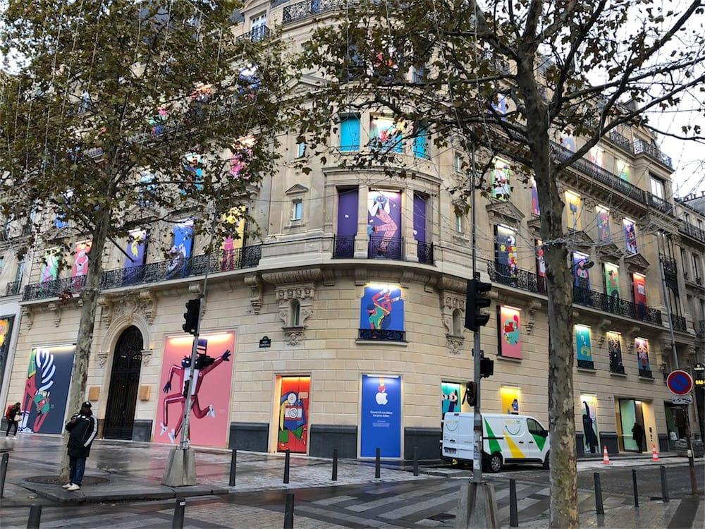 La façade de l'AppleStore Champs-Élysées se colore en attendant l'ouverture
