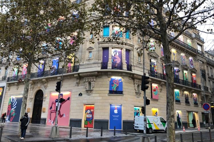 image en galerie : La façade de l'AppleStore Champs-Élysées se colore en attendant l'ouverture
