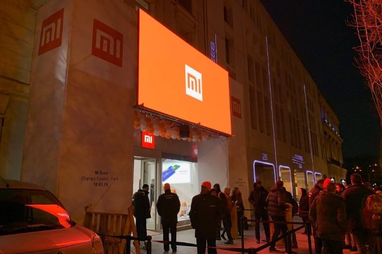 Du monde et beaucoup de produits dans la nouvelle boutique Xiaomi des Champs-Élysées